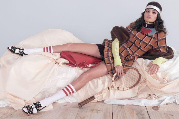 Vestido e bolsa, ambos Dior; jaqueta com zíper, Lacoste; jaqueta de pele, Fendi. Faixa, Apartamento 03; gola e broche, ambos Emporio Armani; brincos Lanvin; meias, American Apparel; sandálias, Dolce & Gabbana (Foto: Reprodução/Vogue Brasil)