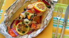 El salmón es uno de mis pescados que más me gustan, y siempre que tengo oportunidad de conseguir un buen filete fresco lo compro  para prepararlo ya sea a la plancha, la parrilla o al horno como en esta ocasión que opté por hacerlo al papillote.  La técnica o método de cocción al papillote consiste en envolver los alimentos en papel pergamino o de aluminio a una temperatura media. Con este método los alimentos se cocinan en sus propios jugos, y así conservan su aroma y su sabor. Se…