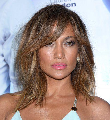 Un dégradé mi-long avec frange comme Jennifer Lopez