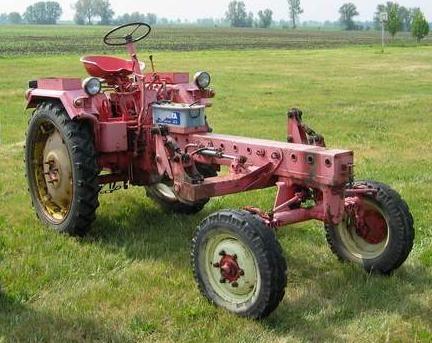 """Der Traktor und Geräteträger RS09 (RS = Radschlepper) mit dem Markennamen Maulwurf, später modifiziert GT109, GT122 oder GT124 (GT = Geräteträger), von seinen Fahrern liebevoll """"Nulli"""", """"Molli"""" oder """"Mull"""" genannt, wurde der Nachfolger des RS08 und einer der meistgebauten Traktoren der DDR und des Ostblocks insgesamt. Er wurde von 1955 bis 1964, in Kleinserie auch einige Jahre darüber hinaus in der DDR gefertigt."""