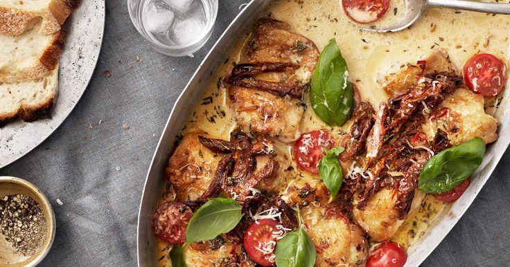 Italiensk kycklinggratäng med soltorkade tomater, parmesan och örter som egentligen inte har något med Italien att göra, utan är vår version på italiensk mat på 90-talet. /TareqRecept ur kokbokenTareq Taylors kyckling