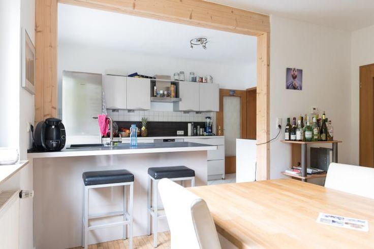 Schöne und moderne Küche in Nürnberger WG mit Tresen und Barhockern. WG-Zimmer in Nürnberg.  #Nürnberg #WGZimmer #Küche #kitchen