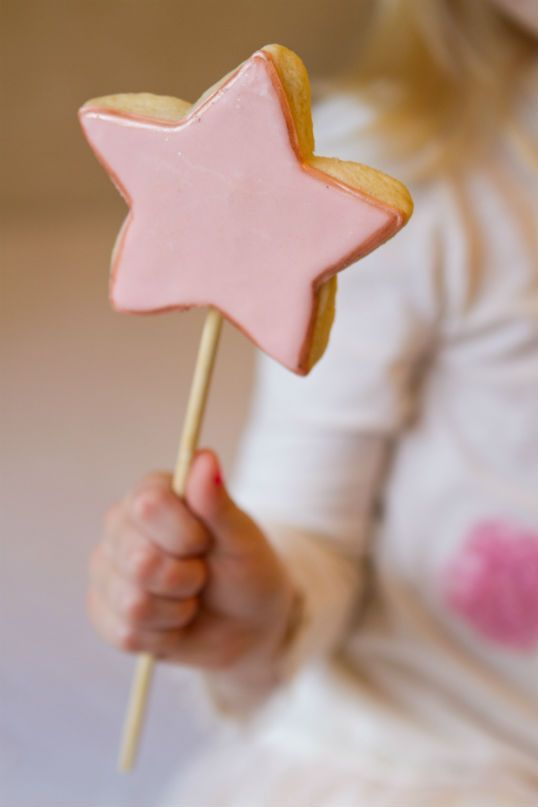 Make your own edible fairy wands: bake star-shaped cookies with kebab sticks inside. Decorate in the appropriate colour and let your little ones play with and eat their food!