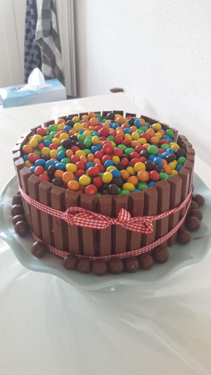 Chocolade cake gevuld met M en M  en omringt met kitkat