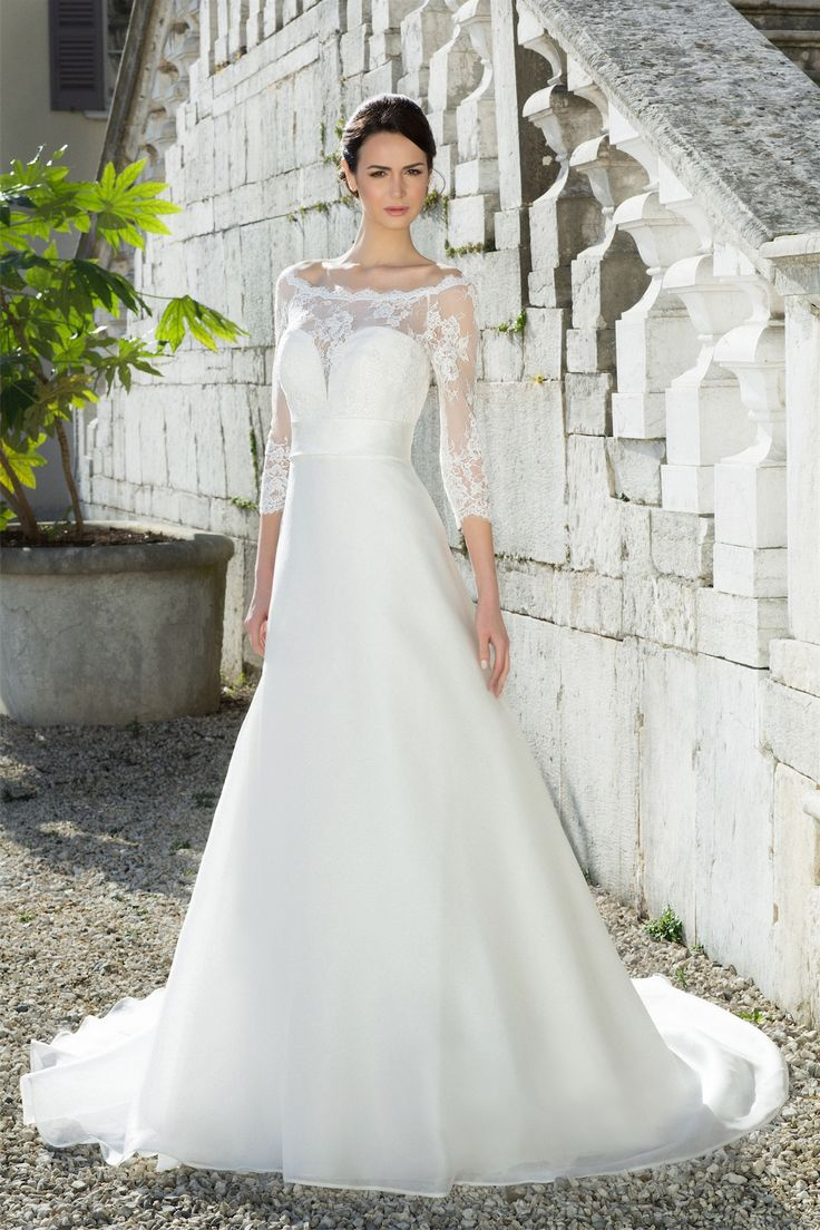 Getting married during the winter doesn't mean you have to renounce to the beauty and elegance of a princess-like wedding dress: this amazing long-sleeved model by Galvan Sposa proves it!  Wedding gown by Galvan Spose