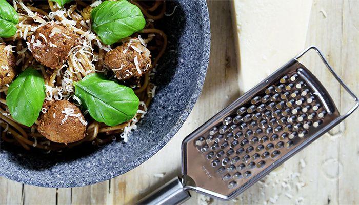 Pamätáš si ešte na Petrové cestoviny? Len prednedávnom priniesol tri netradičné a pritom veľmi jednoduché recepty, ktoré veľa času v kuchyni nezaberú. Ja som sa ich rozhodol doplniť o ďalší, tentokrát trochu pracnejší a dokonca vo vegan podobe. Vyskúšal si už niekedy cícerové špagety? Ak nie, tak to rýchlo naprav!