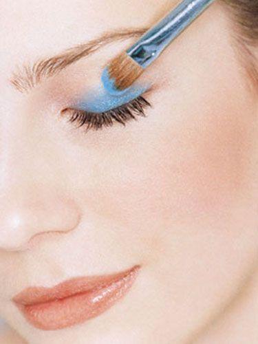 Mavi Göz Makyajı Nasıl Yapılır?  http://www.yenisacmodelleri.com/mavi-goz-makyaji-nasil-yapilir.html