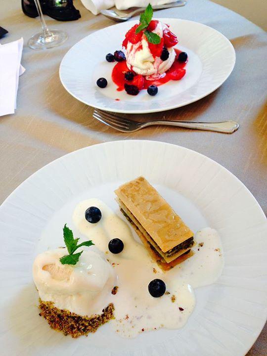 Food tasting στα γραφεία της ARIA Fine Catering για καθιστό μενού γάμου: Σε πρώτο πλάνο, τραγανός Μπακλαβάς με φιστίκι Αιγίνης, κρέμα Anglaise και παγωτό. Σε δεύτερο πλάνο, λαχταριστή Pavlova με berries και παγωτό βανίλια!  #ARIAFineCatering