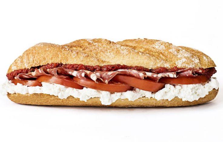 Στα δικά μας σάντουιτς χρησιμοποιούμε εμβληματικά προϊόντα της χώρας όπως το σαλάμι Λευκάδας και το νιβατό.