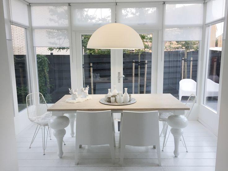Serre Wit . Conservatory White . Landelijke eettafel . Tower draadstoel . Philippe Starck chair . hanglamp Kayradome .