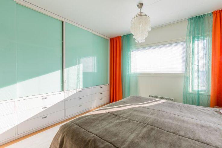 Pirteät värit tekevät heräämisen miellyttäväksi. Tässä pastelli minttu. #liukuovet #makuuhuoneenkaappi #vaatekaappi