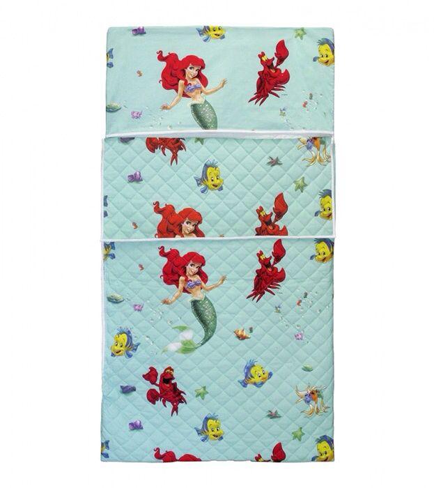 Sacco a Pelo Fantasia Sirenetta Disney, per Asilo, trapuntato, con tasca per cuscino, lo puoi vedere qui: http://www.coccobaby.com/prodotto/set-asilo/sacchi-a-pelo/1505/sacco-a-pelo-asilo,-sirenetta-disney