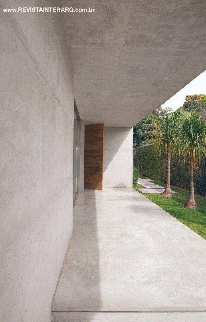 O acabamento em concreto polido é uma escolha que favorece a liberdade de criação, pois acompanha com perfeição o jardim com espécies tropicais