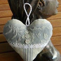 Coussin  coeur à suspendre - bijou de porte en toile à matelas gris/bleu et dentelle ancienne. Confectionné par Cannelle-fil-et-tissu