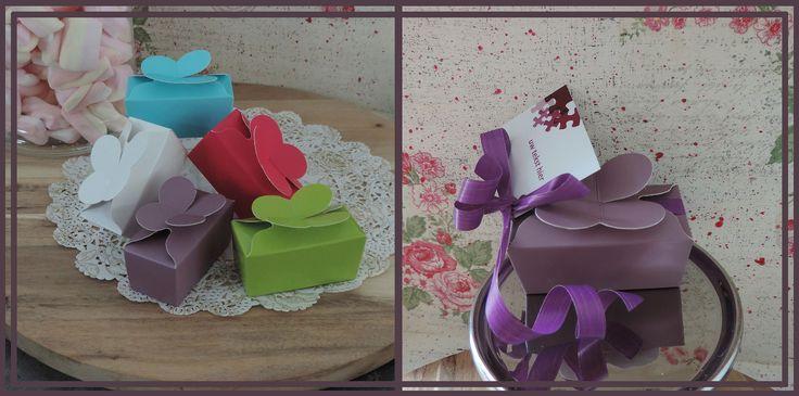Wat vinden jullie van de Honing Doosjes? Het paarse doosje is bijvoorbeeld mooi in combinatie met paars lint, chocolade dragee multicolor roze en label 15! www.bedanksuikers.nl