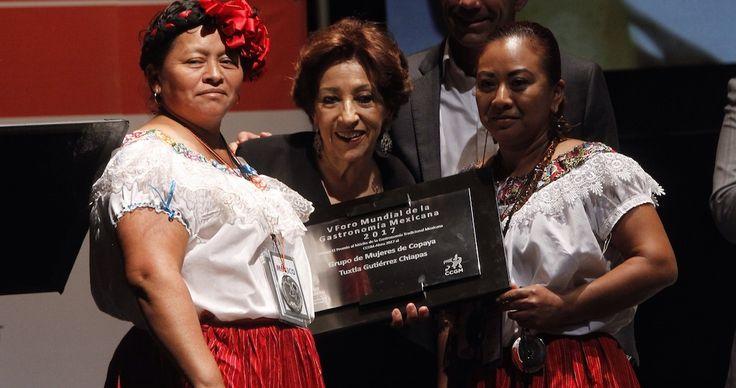 Mujeres de Copoya, comunidad del sureño estado de Chiapas, recibieron hoy el primer Premio al Mérito de la Gastronomía Mexicana 2017, en el marco del quinto Foro Mundial que se celebra en el Centro Nacional de las Artes de la capital mexicana.