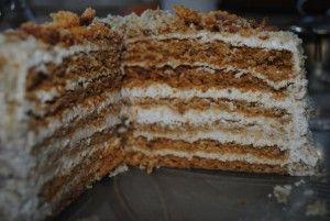 18-felie tort cu foi de miere si nuca si crema de smantana si miez de nuca