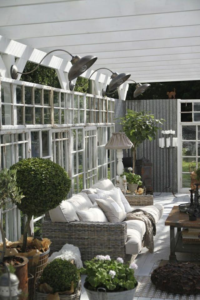 Véranda design meublée d'un beau salon de jardin