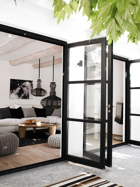maison scandinavia / residence á st-tropez - is there a sliding glass door, that opens like a regular door after sliding? (that way it is out of the way...)