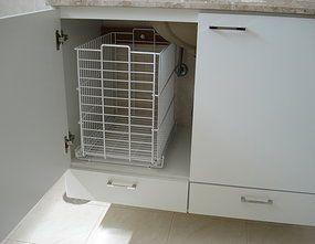 gabinete de banheiro; cesto de roupa suja
