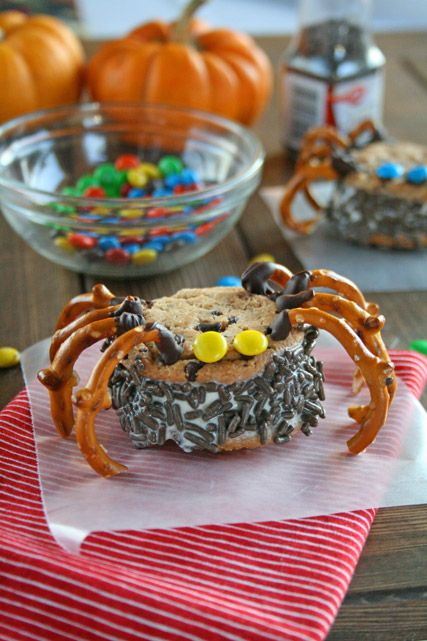 Spooky Spider Ice Cream Sandwiches: Idea, Spooky Ice, Ice Cream Sandwiches Cupcakes, Halloween Treats, Halloween Recipes, Halloween Food, Sandwiches Spiders, Icecream Sandwiches, Spiders Sandwiches
