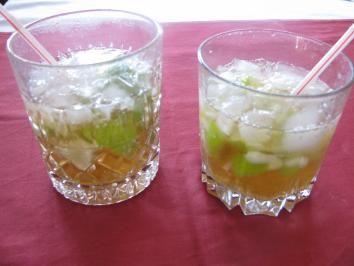 Das perfekte Caipi alkoholfrei-Rezept mit Bild und einfacher Schritt-für-Schritt-Anleitung: Die Limette achteln und in ein Longdrinkglas geben, den Zucker…