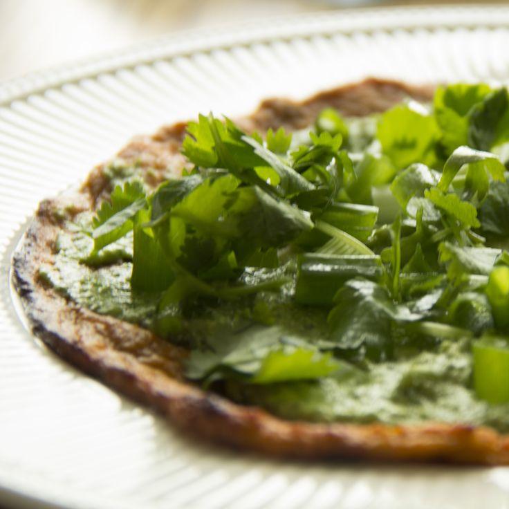 zoete aardappel pizza met avocado en huttenkase