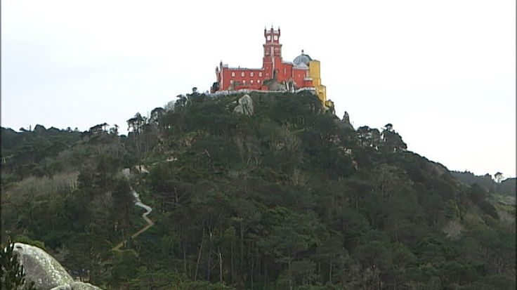 ポルトガル、シントラの山の頂にそびえるペナ宮殿。周りを覆う豊かな緑は、自然のものではありません。王は、何千本もの木々を世界中から集め、植えたのです。