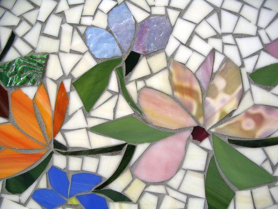 SOBRE ESTE ARTÍCULO:  Este listado para una 30 hecho al orden mosaico mesa ejecutada en un motivo FLORAL que fluye. Se trata de una encargo,