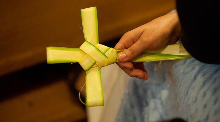 Este domingo inicia la Semana Santa con la celebración del Domingo de Ramos, donde recordamos la entrada triunfal de Jesús a Jerusalén entre palmas y ramos de olivo. La liturgia de las palmas anticipa el triunfo de la resurrección.