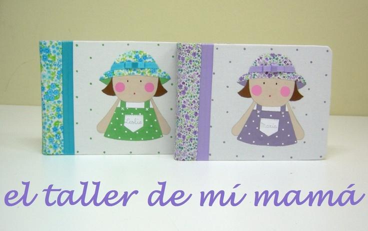 Álbum de fotos de niñas con sombrero y peto, hecho a mano y con aplicaciones en 3D. Se personaliza con los rasgos de identidad de las niñas y con el nombre