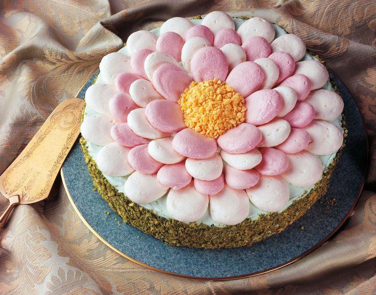 TORTA DECORADA COM MERENGUE DE FLOR A cobertura tradicional de merengue colorido ganha um valor todo especial quando a cobertura é no formato de flor .