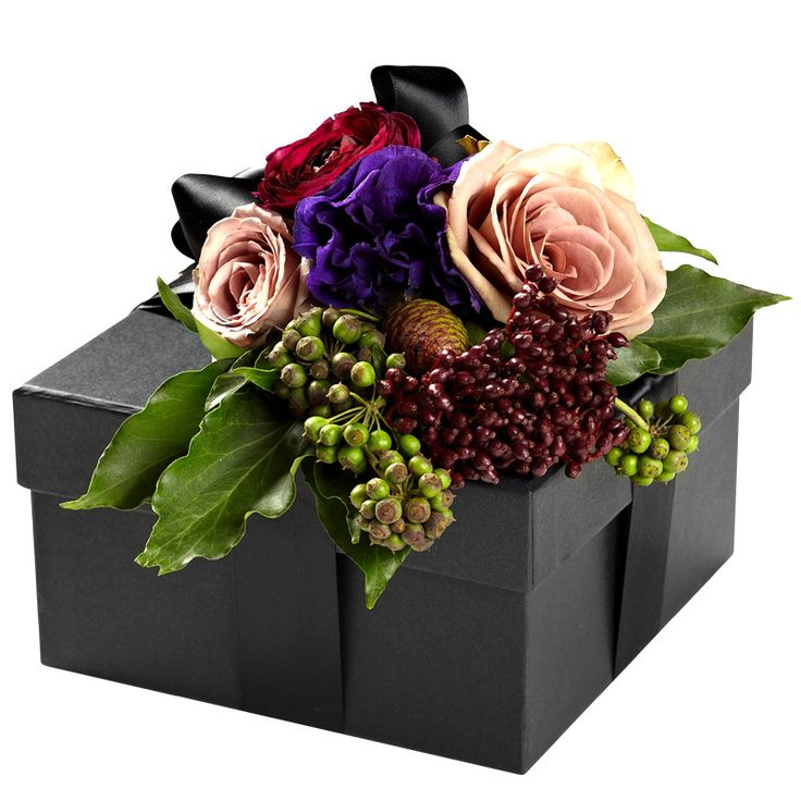 Give your gift the ultimate touch: Aedes' signature floral giftwrap! Our luxurious, black gift boxes are embossed with the AEDES gold leaf logo, wrapped in satin ribbon and embellished with a fresh fl