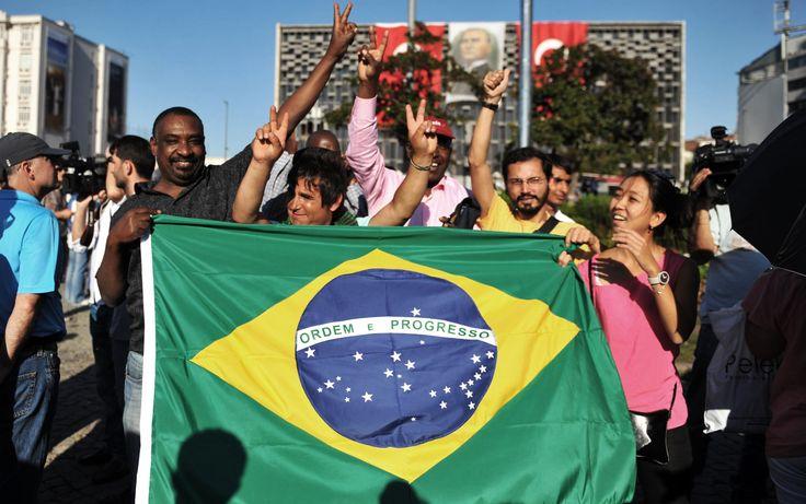 19/6 - Brasileiros protestam na emblemática Praça Taksim, em Istambul, capital da Turquia, em meio aos 'protestos silenciosos' contra o governo turco
