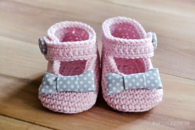 Crochet baby shoes in pink - besenseless.blogspot.com