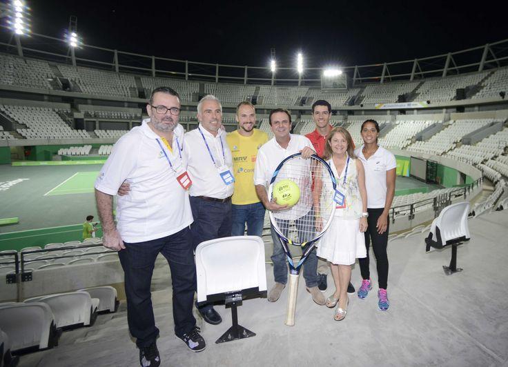 Rio de Janeiro – RJ – O prefeito Eduardo Paes apresenta a arena principal do Centro Olímpico de Tênis dos Jogos Rio 2016, onde acontecerá o primeiro evento-teste do Parque Olímpico, no sábado e domingo.Nos Jogos Rio 2016, oCentro de Tênis terá 16 quadras e receberá as competições de tênis olímpico e paralímpico, além dos…