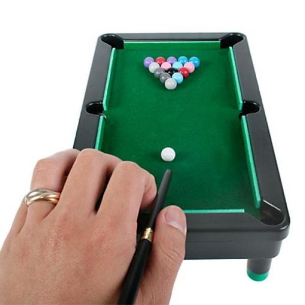ComprarJuego de Mesa Mini Billar Tabletop Pool al mejor precio. Te presentamos una amplia gama de juegos de mesa con la que podrás disfrutar en cualquier lugar, dado el poco espacio que ocupan. Podrás llevarlos siempre contigo en los viajes que realices. Tus amigos estarán encantados de echarse una partida de billar.Características del set de juego:Incluye tablero de juego con tapete verdeBolas de juego2 tacos/palos para jugarMedidas del tablero: 24 x 13 x 6 cm