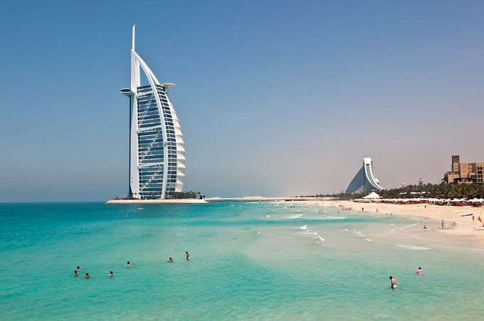 DUBAI  È il secondo per grandezza, dopo Abu Dhabi, tra i sette Emirati Arabi Uniti e il primo per popolazione: scegliete Dubai se avete voglia di staccare la spina e approfittare del sole, del mare e di ogni possibile lusso. A sud del Golfo Persico, nella Penisola Araba, Dubai è un intreccio frenetico tra antico e moderno, tra sobrietà e sfarzo. Vi consigliamo di noleggiare un'automobile, viste le distanze, per spostarvi e vedere al meglio la città. Jumeirah Beach Park è la spiaggia più…