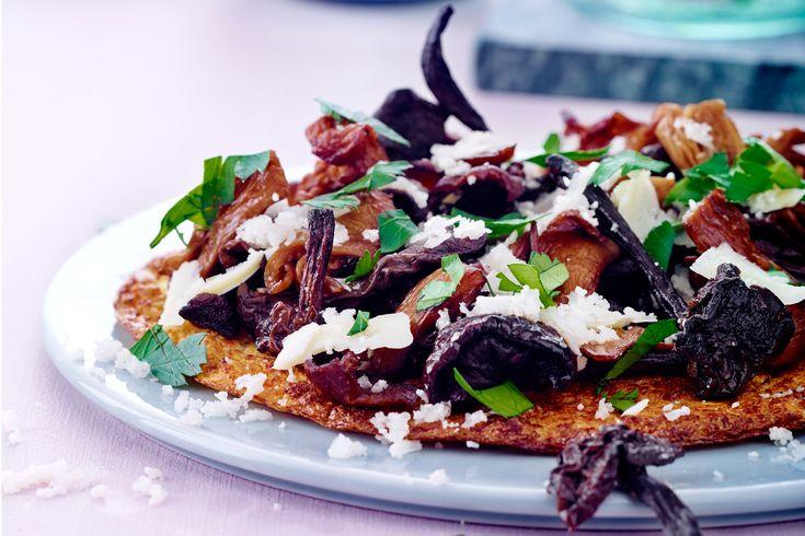 Du roligt kan tage et ekstra stykke af denne blomkålspizza med stegte svampe, havgus-ost og persille.