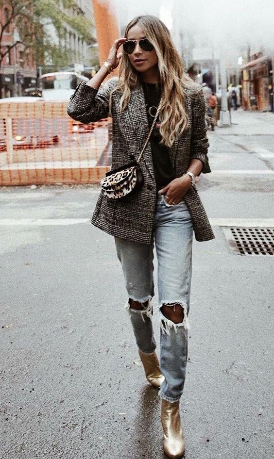 Musa do estilo: Julie Sariñana. Blazer xadrez cinza, t-shirt preta, calça jeans destroyed, ankle boot metalizada