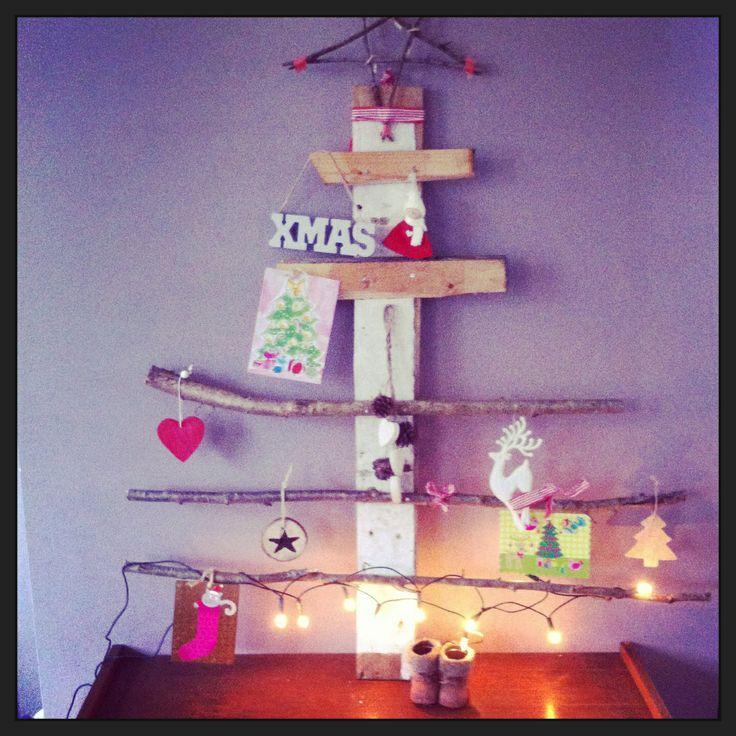 DIY kerstboom van hout en takken! Om kaartjes en leuke kerst hangertjes aan op te hangen.