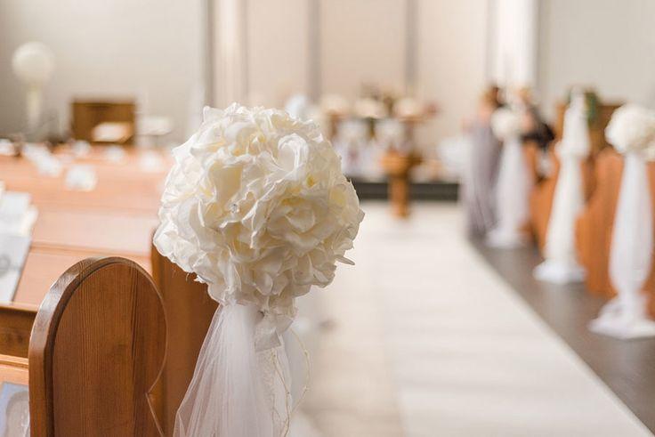 PomPoms zur Dekoration in der Kirche und der Kirchenbank. Foto: http://weddings.lauramoellemann.de