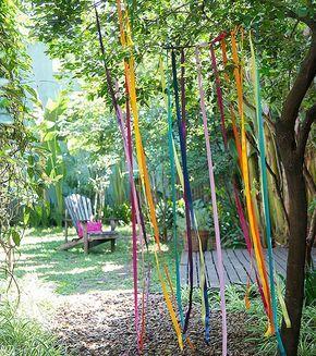 Decoração para festa no jardim -                     Fitas coloridas presas no…