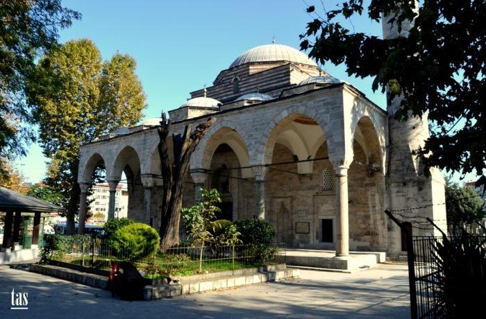 Aksaray Murat Paşa Camii ; İstanbul Suriçi Aksaray Yusufpaşa  Millet Caddesi ile Vatan Caddesi'nin kesiştiği yapı adasında ve her iki caddeye de cepheli olarak 1465-1471 yıllarında Has Murat Paşa tarafından yaptırılmıştır.