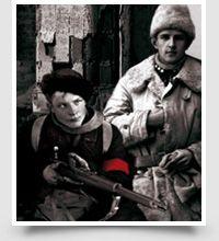 16.7.2013: Näyttely kertoo mitä Tampereella tapahtui keväällä 1918. Näkökulmia tarjoavat kummankin osapuolen taistelijat, mutta myös siviilit ja sivustakatsojat. Näyttely tuo esille laajan ihmiskirjon lapsista vanhuksiin ja työläisistä tehtaanjohtajiin.  http://vapriikki.fi/tampere1918/
