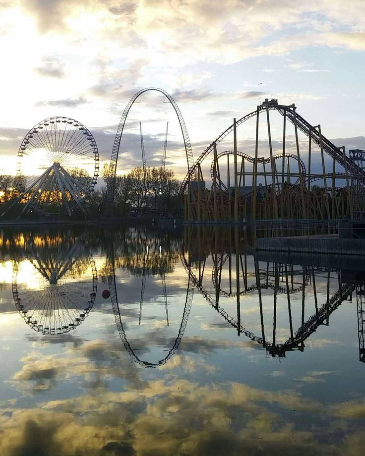 A fantastic sunset captured at Montreal's La Ronde. Picture by @ravvedavve. / @larondesixflags. #mtlblog #mtlblognews #montreal #montréal #mtl #quebec #québec #qc #canada #mtlmoments #laronde #sunset #sunsets