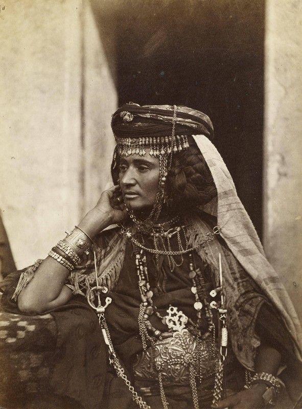 Femme d'Ouled Naïl – Algérie 1870. © Jean Théophile Geiser, La Chaux de Fonds (Suisse), 1848 – Alger, 1923: photographe et éditeur d'art à Alger, à la fin du XIXe et au tournant du XXe siècle.