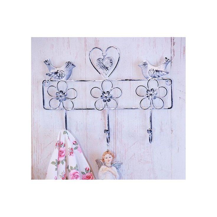 Prowansalski wieszak ścienny home deco, bogato ozdobiony w trzy kwiatki, dwa ptaszki oraz serduszko. Prześliczny, stylowo pozdrapywana farba, ma na celu dekoracyjne postarzenie przedmiotu.