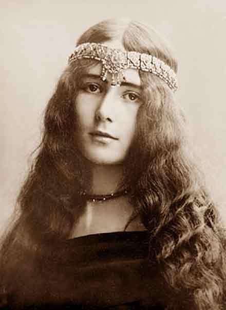 """CLEO DE MERODE. NOT """"Amantine Lucile Aurore Dupin (George Sand).""""    ( Sachant que George Sand est morte en 1876, et que cette photo représente une """" belle 1900"""" ...ça  ne peut pas être elle !)"""