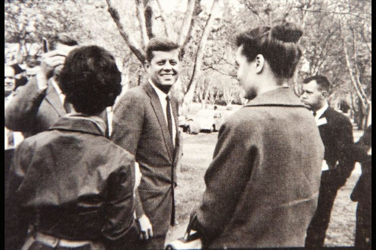 1959. 30 Octobre. Par Jacques LOWE. Mills College, Oakland, Californie. Senator John Kennedy talking to a young woman